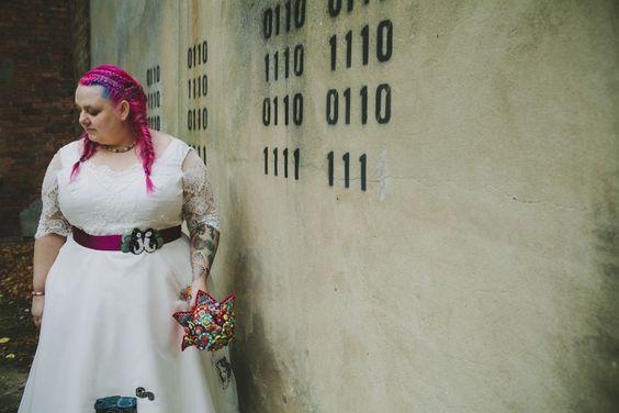 Noiva com o cabelo rosa e azul.