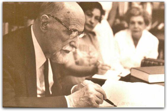 """Personajes de Huelva: Juan Ramón Jiménez, Premio Nobel de Literatura en el año 1956 """"por su poesía lírica, que constituye un ejemplo de elevado espíritu y pureza artística en lengua española"""". Zenobia Camprubí murió dos días después. Juan Ramón nunca se recuperó de la pérdida de su esposa y murió dos años más tarde, el 29 de mayo de 1958 en San Juan de Puerto Rico."""