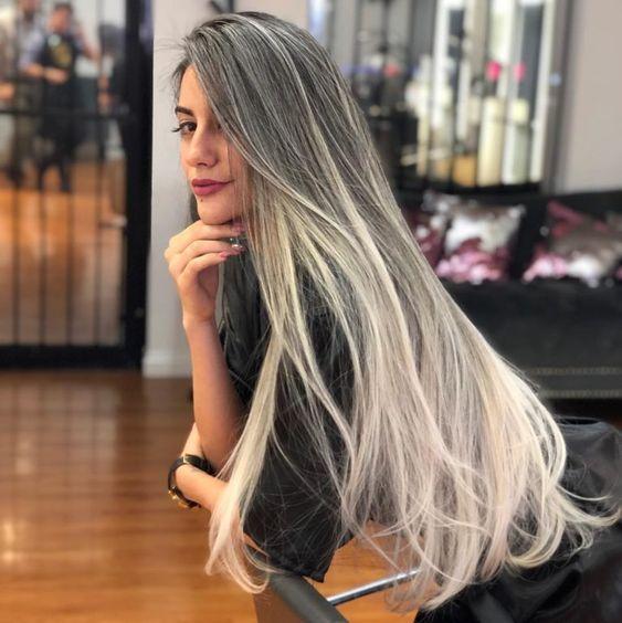 cabelo com luzes platinadas inexplicável