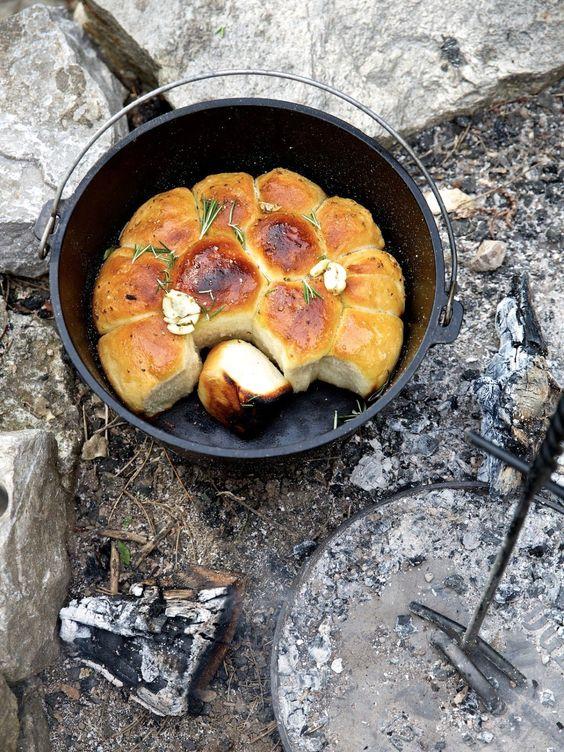 ziiikocht: Buchtelbrot aus dem Dutch Oven mit Koriander-Rosmarin-Öl