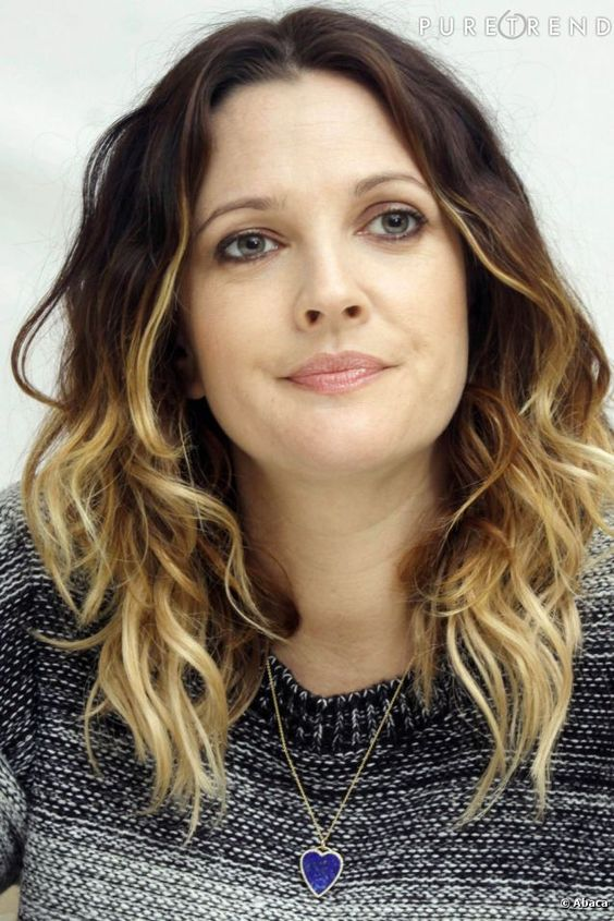 Drew Barrymore spices his wavy hair with a shadow.