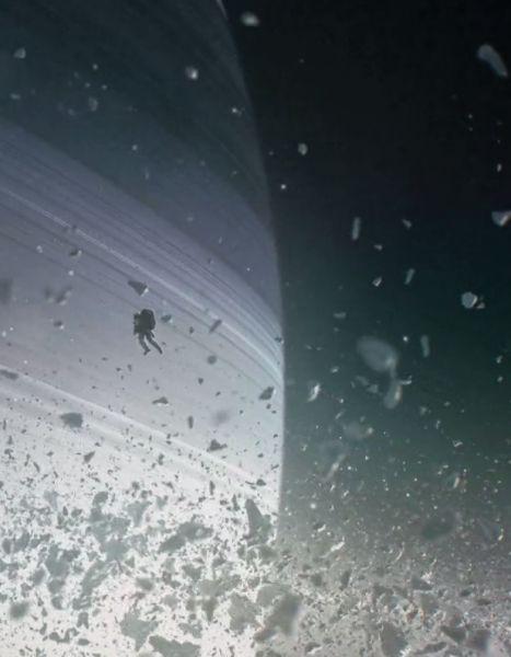 Le film « Interstellar » a déjà de la concurrence. Le court-métrage de quatre minutes « Wanderers », de l'artiste suédois Erik Wernquist, nous fait voyager près de la lune de Saturne.  http://www.elle.fr/Loisirs/High-tech/News/Pret-a-liker-Wanderers-le-voyage-incroyable-dans-l-univers-2865874