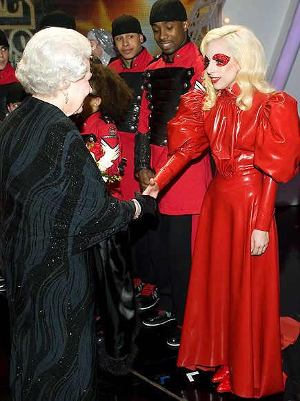 Lady Gaga está com tudo: ontem, no Royal Variety Performance ela foi cumprimentada e sua apresentação elogiada pela Rainha Elisabeth! Seu vestido homenageava (parodiava?) a monarquia britânica, e era em látex vermelho! Bom, vindo de Lady Gaga, a gente não poderia esperar menos… She rocks!