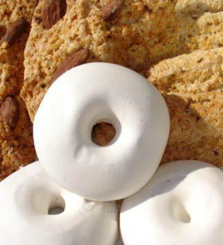 Les rousquilles sont des petits gateaux en formes de roues,  au citron, recouvert d'un glaçage au sucre, et je trouve ca absolument délicieux. Un must have a l'heure du thé... ;)  Je n'en avais jamais ...