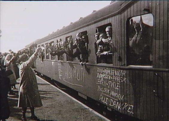 Bernadotte-aktionen. Danske politibetjente fra tyske koncentrationslejre passerer i tog Odense Banegård i april 1945 på vej til Sverige  Tidsperiode og årstal Datering:apr-45 - See more at: http://samlinger.natmus.dk/FHM/27128#sthash.HZo5RC6n.dpuf
