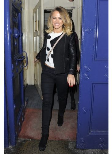 Kimberley Walsh    Look de star Rock    Et encore des poids. Kimberley Walsh adopte la tendance avec un grand sourire !