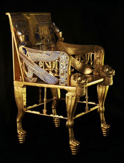 TRONO DE TUTANKAMÓN La pieza original está elaborada en madera estucada, oro y plata laminados, pasta de cristal opaco y piedras semipreciosas.