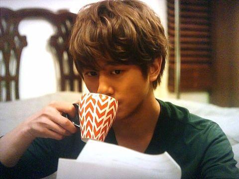 コーヒーを飲んでいる溝端淳平