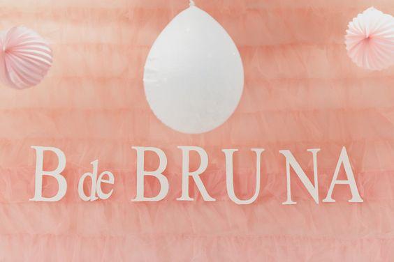 Painel de babados de tule para a #festabdebruna, bailarina, borboleta, balão, bossa-nova, babados, bicicleta, bolinha de sabão, bombom, balinha, batatinha, biscoito...