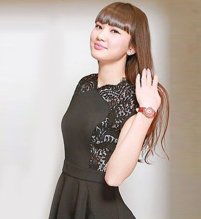 黒いワンピースを着たサビーナ・アルシンベコバのかわいい画像