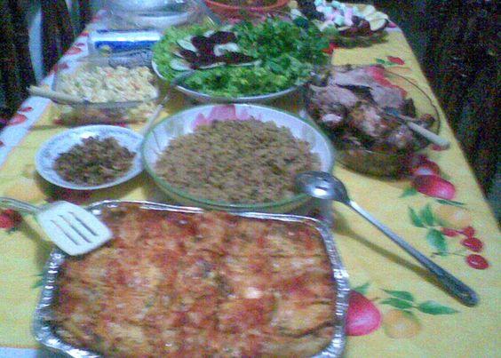 Lasagna de Carne de Res, Arroz con Guandules, Carne de Pollo y Cerdo al horno, Ensalada Verde, Ensala Rusa y Mixta, Pasteles en Hoja de Yuca y Plátano