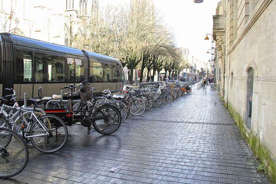 На улице в Бордо: трамвай и велосипеды