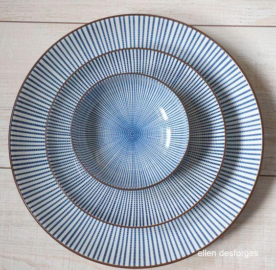 vaisselle japonaise Sendan  Cette porcelaine blanc/bleu se distingue des autres vaisselles avec ce décor géométrique intemporel. Des lignes pointillées concentriques décorent intérieur comme extérieur de la pièce avec un liseré marron sur la tranche. Ce motif à effet optique par sa parfaite symétrie serait né pendant la période Edo au Japon.  chez Ellen Desforges à Lille