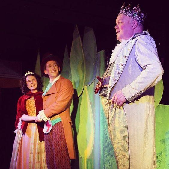 """Toll war es beim """"Tapferen Schneiderlein"""" vom Kindertheater Wackelzahn! Warum? Erzählen wir euch auf dem Blog! Wer dann auch Lust auf Sieben auf einen Streich und so bekommen hat: Das Schneiderlein wird noch den ganzen März aufgeführt #hoftheaterottensen #kindertheater #kindertheaterwackelzahn #hamburgmitkindern #hamburg #ottensen #stadtschwalben"""