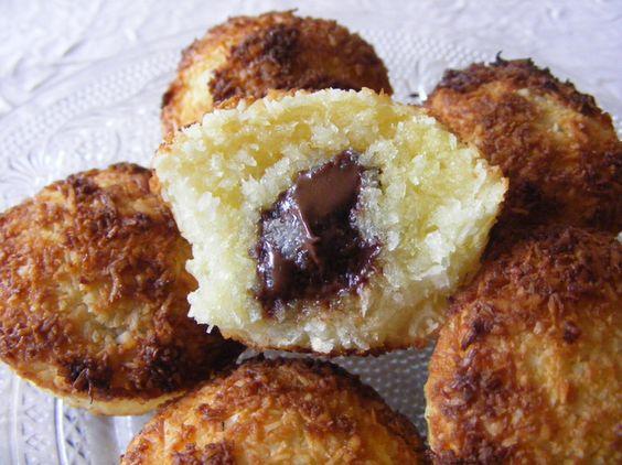Moelleux coco, coeur de chocolat 2 œufs 100 g de sucre semoule 160 g de noix de coco Carrés de chocolat