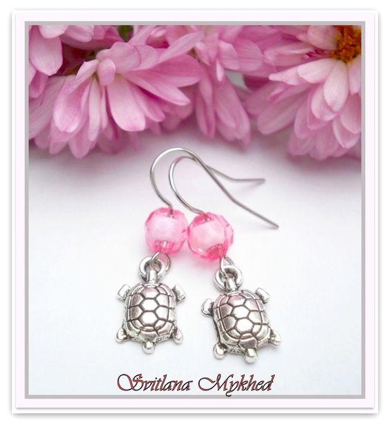 """Boucles d'oreilles """"Tortue"""". supports à crochets mètal argenté. perles roses : Boucles d'oreille par perles-et-couronnes"""