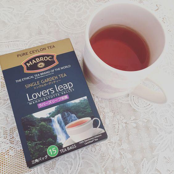 MABROC Lovers leap茶園。スリランカのシングルガーデンティー。ヌワラエリヤにある伝統あるペトロ茶園の分園がラバーズリーフ茶園。スリランカ最高峰のピドルタラガラ山付近のMahagastotte Valleyに位置する。写真は濃いめの水色に写ってしまったが、実際は淡い橙色。弱い柑橘香やリンゴ香、花香を感じられるとPRしているが、その点は私の鼻ではわからず…スモーキーな香りに感じたw 渋みがあり、単独より食事・デザートと一緒に飲む方が口の中をさっぱりさせてくれて良さそう。また、スポーツ前・中も燃焼サポートを期待して飲んでいるが、渋みがむしろスッキリさせてくれてなかなかいい。ストレート向き。レインフォレストマーク付き。(レインフォレスト・アライアンスという環境保護団体の認証)ただ、価格が激安で、生産者を取り巻く事情に不安を覚える。