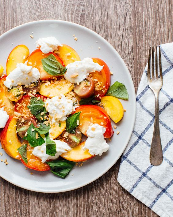 salada de burrata, tomate e pêssego: adoro estar de dieta!
