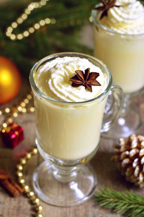 Cioccolata calda fatta in casa alcolica con panna montata e vaniglia, ricetta