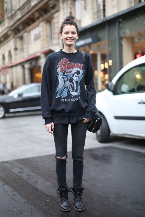 Look total black + calça rasgada + moletom com a camista assim: