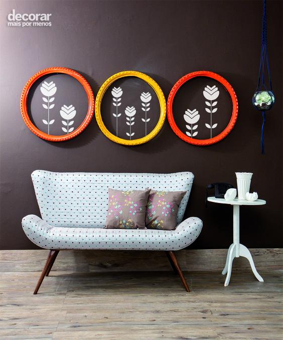 Revista Decorar Mais por Menos - Crie quadros inusitados que personalizam o ambiente. Aqui, o pneu de bicicleta emoldura adesivos superdescolados.