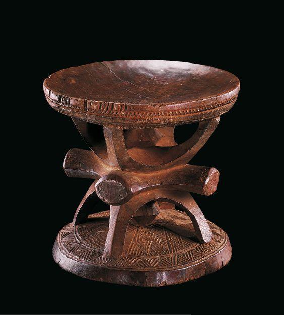 Tabouret de dignitaire  oche ozo Nigeria, rive gauche de la Benoué Igbo Bois dur H.: 28,8 cm ; larg.: 30,5 cm INV. 1014-86 Ce tabouret prestigieux igbo, rigoureusement sculpté de motifs ajourés (Boston 1977), met l'accent sur la tension géométrique entre les quatre formes arquées reliées au sommet, que l'on retrouve liées à la base en position inverse. Ces deux ensembles sont ...