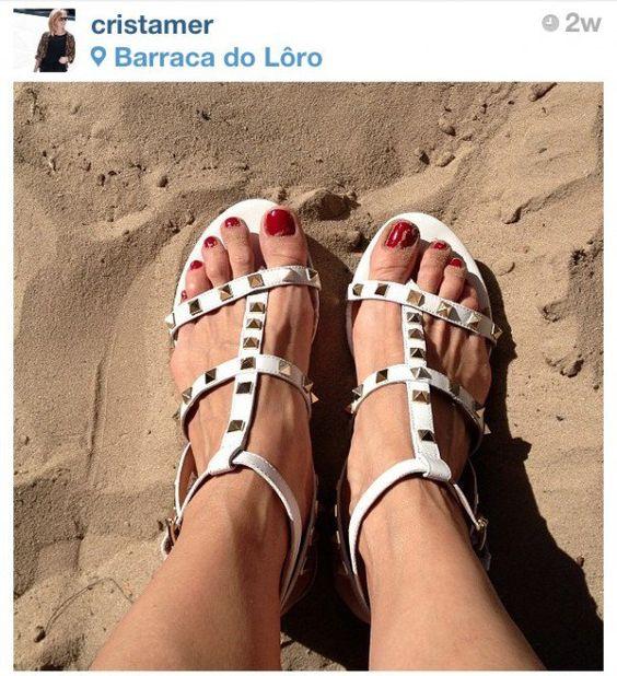 """""""A escolha de Sophia"""" e Cris para os dias de verão… Estão lá no Instagram! E a promoção de verão da Arezzo já começou: são descontos de até 50% em vários modelos, inclusive os nossos! Publipost"""