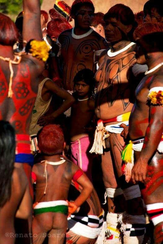 """Nem todo batuque é Samba. Nem todo vermelho é Sangue.  As cores do Xingu em seu ritual de vida e de morte Xingu 2012  No proximo dia 21 de agosto chego em Salvador e de lá vou para Feira de Santana para o Festival de Fotografia do Sertão. Lá vou ministrar um workshop e uma palestra apresentando meu projeto de vida """"Ameríndios do Brasil"""". Foto e texto de (Renato Soares)"""
