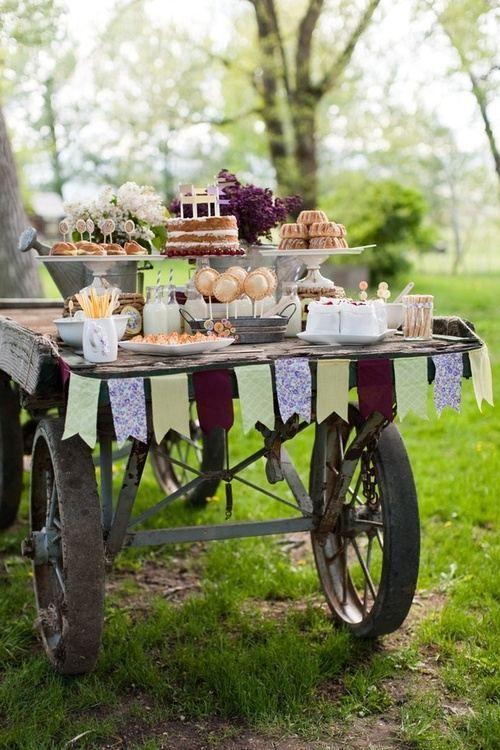Carro como mesa de postres para boda al aire libre