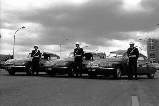 En 1968 la gendarmerie française reçoit trois Citroën DS ID. Leur motorisation a été préparée par M. Cordier afin de fournir 150 ch et ainsi pouvoir intercepter les bolides en excès de vitesse.  ©  Citroën