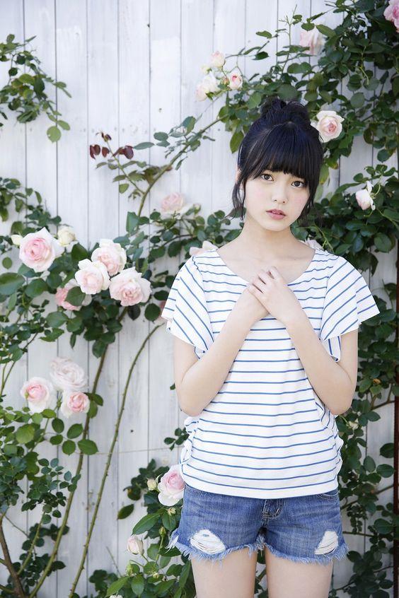 お花の前の平手友梨奈
