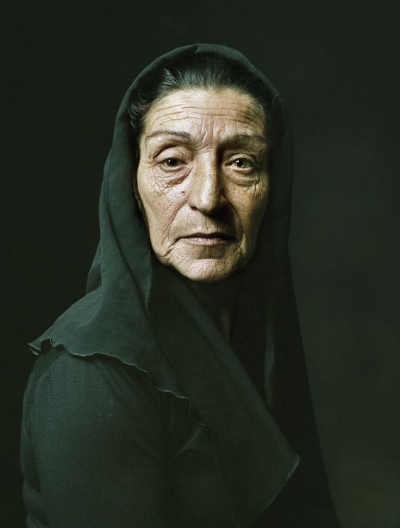 María (2006) - Pierre Gonnord  http://www.dximagazine.com/seccion/entrevistas/interview-arte/pierre-gonnord.-me-interesa-la-dignidad-humana-como-constante,-como-patrimonio-de-la-humanidad.-