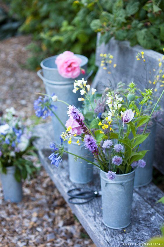 """Paarse tuinbloemen boeket tuinplanten pluktuin Foto uit het boek """"Decorate With Flowers"""" van Holly Becker & Leslie Shewring. http://www.decoratewithflowers.com"""