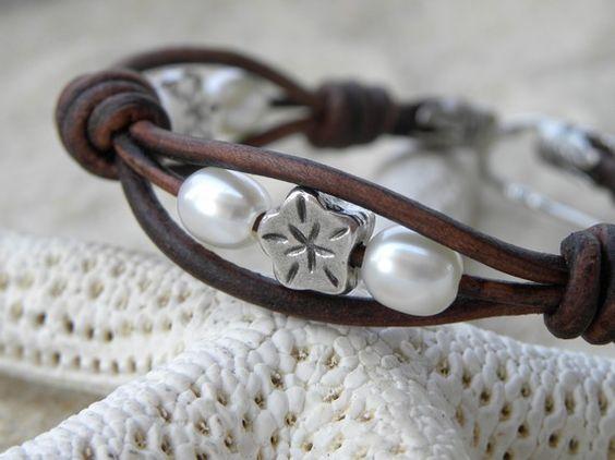 Cuero. Pulsera de perlas y flor de plata