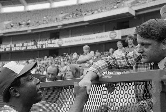 Braves star Hank Aaron (left) shaking hands with former New York Yankee slugger…