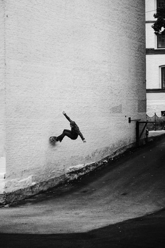スケートボードで壁を渡る
