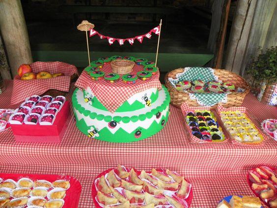Mesa de festa tema Pic Nic, duas alturas de mesa, com bolo falso de isopor com o nome do aniversariante! Fotos por Daniele Rangel Nunes.