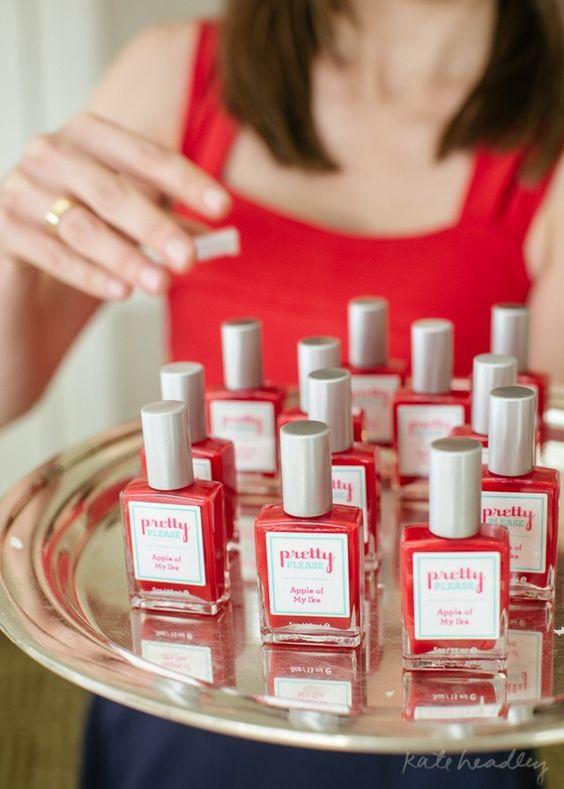 Esmaltes com rótulos personalizados para lembrancinha do chá de beleza.