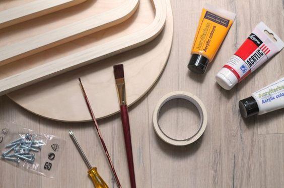 Material: Schon mit wenigen Materialien lässt sich der Hocker verwandeln: neben dem Möbelstück benötigt man nur Acrylfarbe, Pinsel, Klebeband und einen Akkuschrauber oder Schraubenzieher. #homestory #homestoryde #home #interior #design #inspiring #creative #DIY