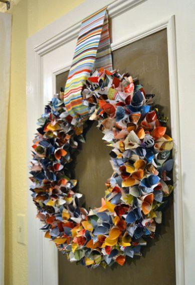 Para este ano você deixar a porta de sua casa com visual muito mais interessante você pode fazer uma guirlanda feita de revista usada, que além de ter