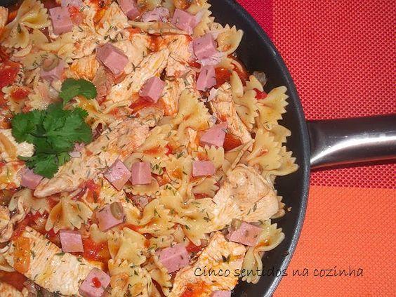 Cinco sentidos na cozinha: Bifes de peru com farfale em molho de tomate