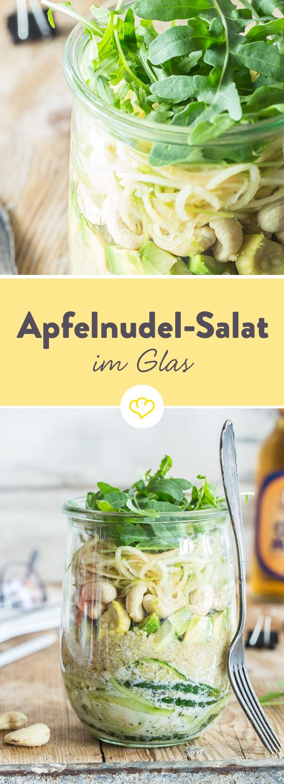 Gurke und Apfel schlängeln sich als lange Spiralnudeln durch das Glas. Avocado, Quinoa, Cashews und Rucola machen den veganen Powersalat to go komplett.