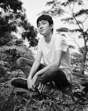 座り込み何かを見つめる八代目市川染五郎のかっこいい画像