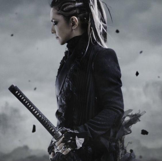 刀を腰に持った侍スタイルのL'Arc〜en〜Ciel・hydeの画像