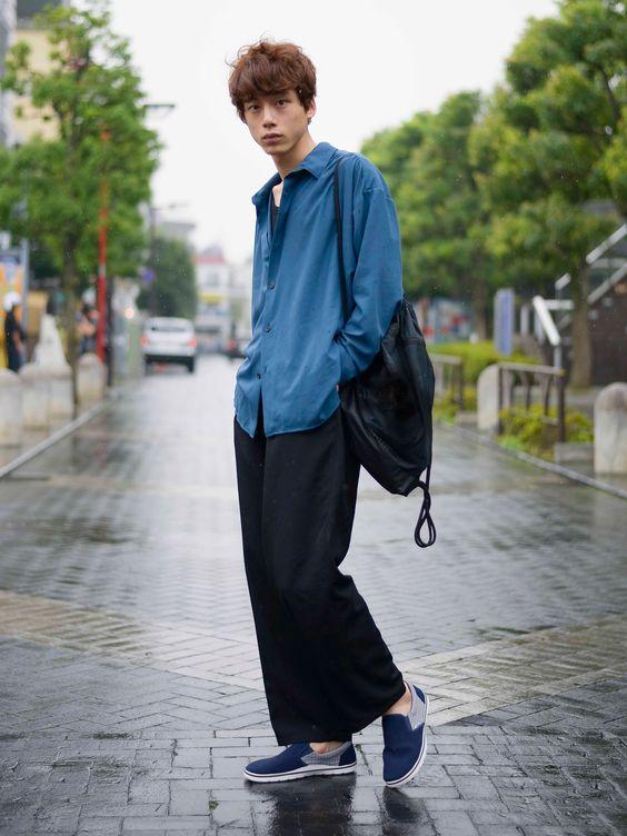 ブルー×ブラックコーデの坂口健太郎のファッション