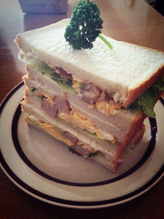 ソーセージとたまごとチーズのサンドイッチ