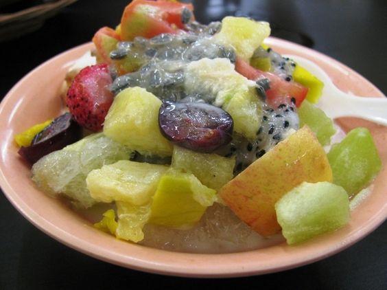 """Perfekt für die heißen Tage in Indonesien ist das Dessert """"Es buah"""", was übersetzt """"Eisfrucht"""" bedeutet. Hier bekommt man einen Haufen Früchte mit """"Jellys"""" und Eiswürfeln, welche von der süßen, dickflüssigen indonesischen Kondensmilch liebkost werden. Eines meiner Lieblingsdesserts in Indonesien. Erfrischt! Tipp: Mit Avocado bestellen!  Sweet Indonesia"""