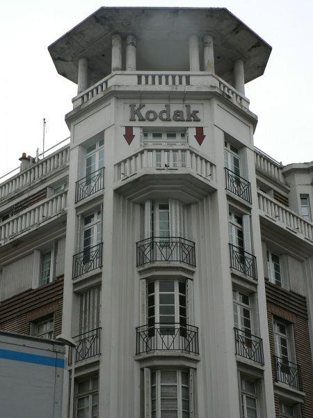 Immeuble situé au 65 rue de Vesles à Reims. Le plus haut de l'époque de la reconstruction . Des caractèristiques Art Déco : le balcon d'angle,les pans coupés et son matériau : le béton armé.