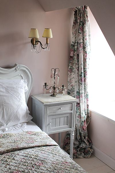 Farrow & Ball Calamine in a lovely pink bedroom with French country style. #calamine #farrowandball #paintcolors #pinkpaint #pinkbedroom