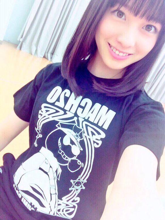 黒いTシャツを着た橋本環奈